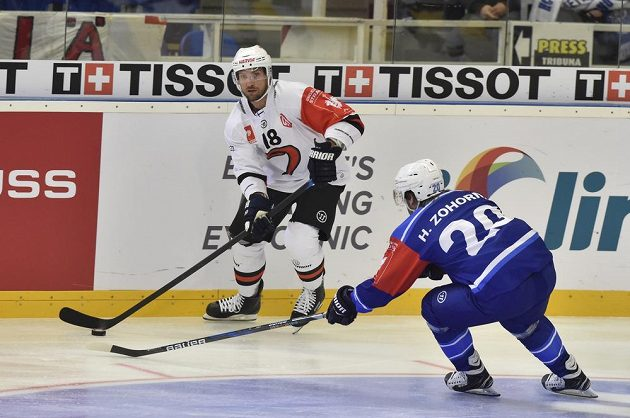 Odvetné utkání čtvrtfinále play off hokejové Ligy mistrů: Zleva Michel Miklík z finského týmu Jyväskylä a Hynek Zohorna z Brna.