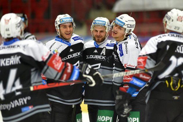 Zleva Tomáš Vondráček, Martin Rohan a střelec Jakub Lauko z Karlových Varů se radují z gólu.