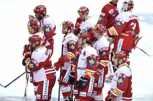 Smutní slávističtí hokejisté po porážce se Spartou.