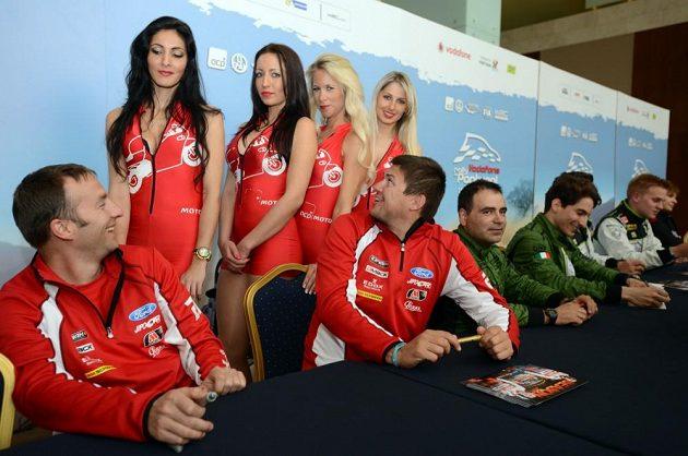 Martin Prokop (druhý zleva) a jeho navigátor Michal Ernst při autogramiádě před startem Portugalské rallye.