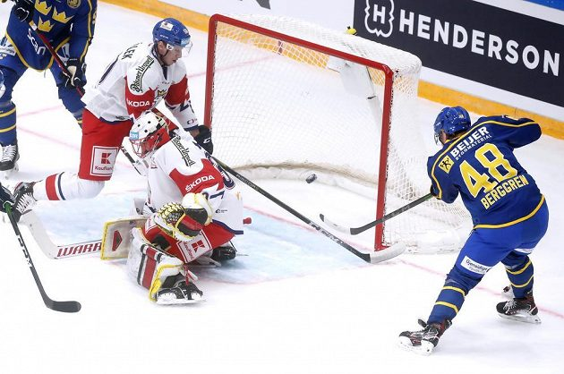 Švéd Jonatan Berggren střílí první gól utkání s českou reprezentací na závěr ruského turnaje Channel 1 Cup.