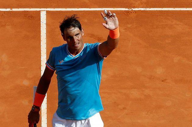 Španělský tenista Rafael Nadal slaví vyhraný zápas na turanji.
