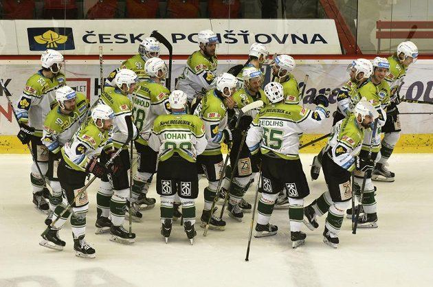 Karlovarští hokejisté se radují z výhry nad Slavií.