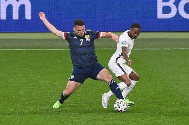 Skotský fotbalista John McGinn (vlevo) a Angličan Raheem Sterling v utkání na EURO ve Wembley.