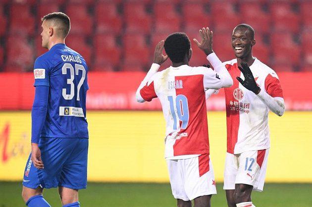 Slávisté Oscar a Abdallah Sima (vpravo) oslavují gól v síti Liberce.