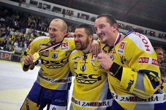 Zlínští útočníci (zleva) Pavel Kubiš, Marek Melenovský a Jiří Ondráček slaví titul.