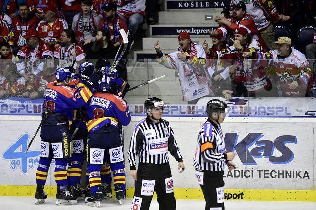 Hokejisté Českých Budějovic se radují z gólu v utkání 1. kola baráže o hokejovou extraligu mezi týmy HC Dynamo Pardubice - Motor České Budějovice.