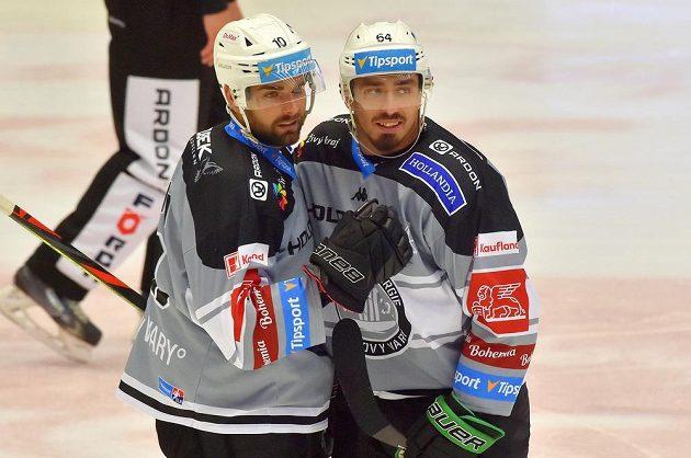 Střelec Petr Koblasa (vlevo) a jeho spoluhráč z Karlových Varů Martin Kohout se radují z gólu během utkání hokejového Poháru Generali České pojišťovny.