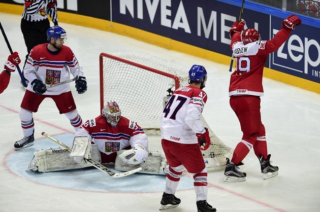 Nečekaný obrázek. Dánský reprezentant Morten Madsen (vpravo) se raduje z vyrovnávací branky, přihlížejí čeští hráči (zleva) Jakub Jeřábek, brankář Dominik Furch a Michal Jordán.