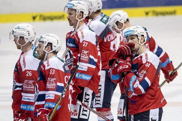 Smutní hráči Pardubic po prohraném utkání. Tentokrát prohráli doma 3:4 s Vítkovicemi.
