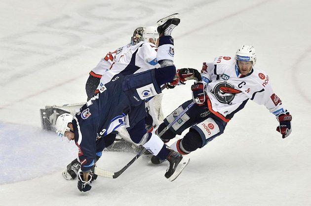 Plzeňský hokejista Milan Gulaš a Marek Tomica z Chomutova v akrobatickém souboji během extraligového utkání.