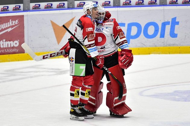 Pardubické hokejové štěstí. Obránce Marek Ďaloga se raduje s brankářem Pavlem Kantorem.