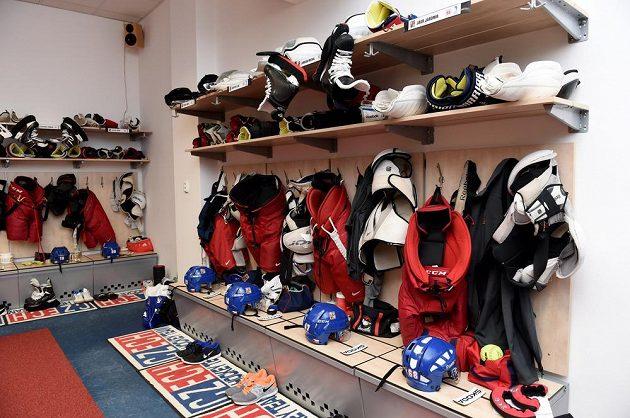 Výstroj čeká na majitele. Kabina české hokejové reprezentace v O2 areně den před startem MS.
