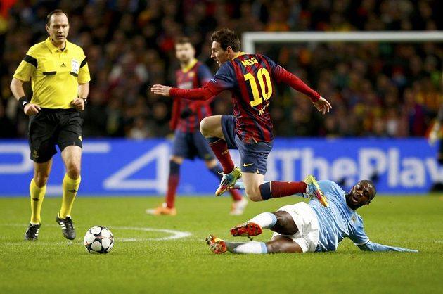 Yaya Touré z Manchesteru City se snaží skluzem zastavit hvězdu Barcelony Lionela Messiho v prvním osmifinále Ligy mistrů.