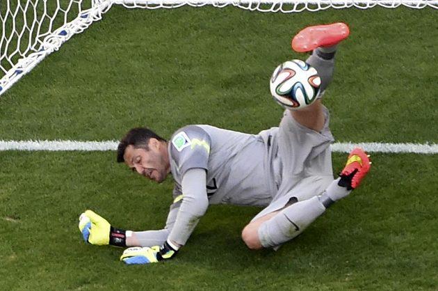 Hrdina Brazilců Julio Cesar chytá penaltu Alexis Sáncheze v rozstřelu osmifinálového utkání MS.