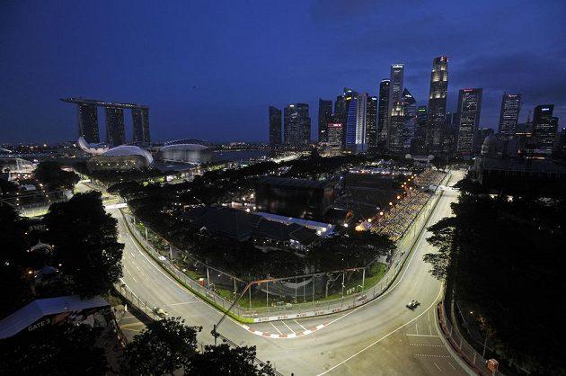 Pohled na okruh Marina Bay při tréninku jezdců na nedělní Velkou cenu Singapuru.