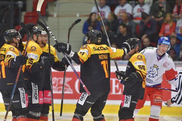 Němečtí hokejisté se radují z gólu v udvetě s českou reprezentací.