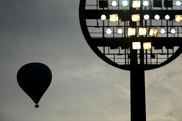 Osvětlení na fotbalovém stadiónu Pod lízátky v Hradci Králové, kam se opět vrátil prvoligový fotbal.