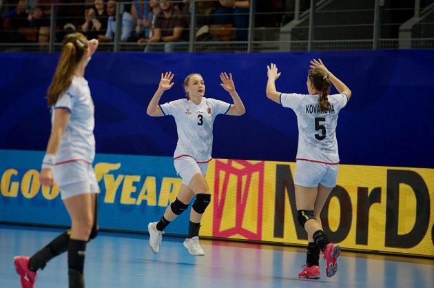 České házenkářky Jana Knedlíková (vlevo) se společně se Sárou Kovářovou radují z gólu do sítě Rumunek.
