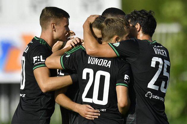 Fotbalisté Bohemians se radují z gólu.