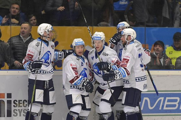 Hokejisté Plzně se radují z prvního gólu.