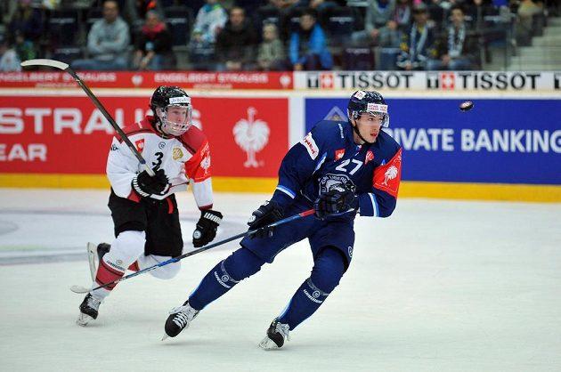 Liberecký obránce Michal Plutnar a útočník Carl Grundström z Frölundy během hokejové osmifinále Ligy mistrů.