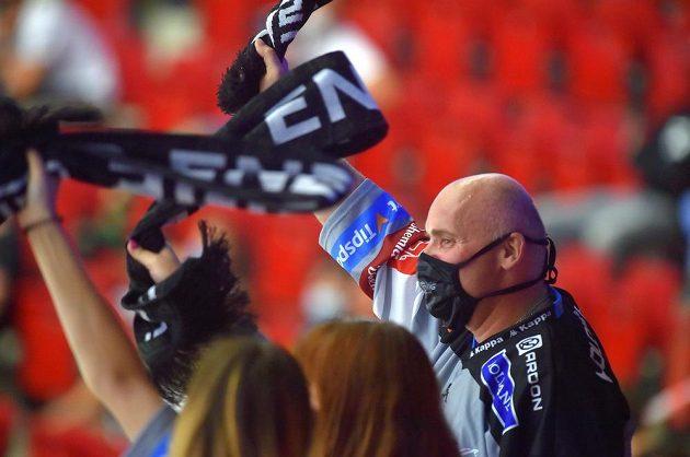 Fanoušci hokejových Karlových Varů se radují z gólu.