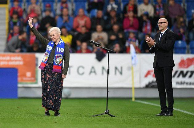 Státní hymnu před zápasem zazpívala opěrní pěvkyně Eva Urbanová.