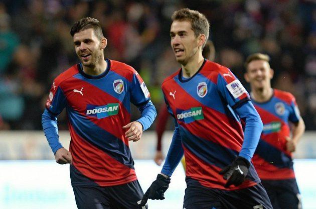 Tomáš Hořava (vpravo) a Michal Ďuriš z Plzně se radují z gólu proti Dukle.