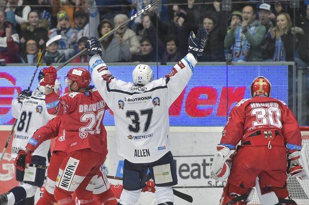 Plzeňský Jay Allen se raduje z úvodní branky proti Třinci.