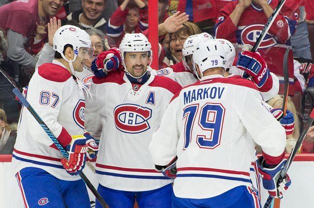 Útočník Montrealu Tomáš Plekanec přijímá gratulace od spoluhráčů ke gólu v utkání proti Ottawě.