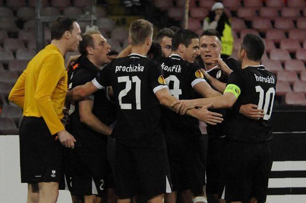 Fotbalisté Plzně se radují z jednoho ze tří gólů, které vstřelili v Neapoli.