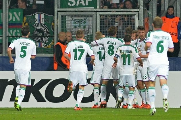 Fotbalisté Rapidu Vídeň se v Plzni radují z úvodního gólu proti Viktorii v duelu Evropské ligy.