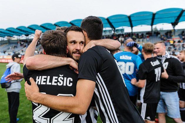 Na snímku se radují hráči Českých Budějovic z postupu, uprostřed je Ladislav Martan v objetí svých spoluhráčů.