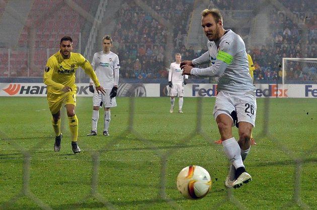 Plzeňský Daniel Kolář proměňuje penaltu proti Villarrealu v utkání Evropské ligy.