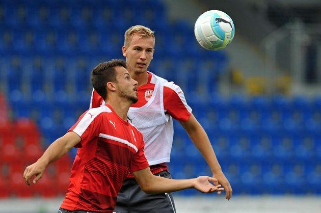 Zleva plzeňští Jakub Hromada a Jan Baránek se připravují na Karabach.