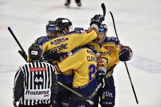 Hráči Zlína se radují z gólu proti Litvínovu.