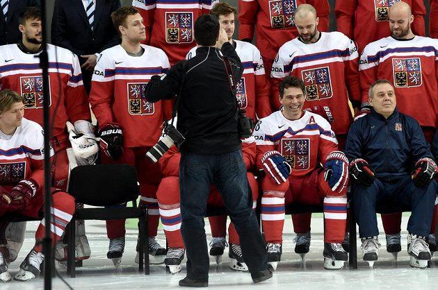 Jaromír Jágr a asistent trenéra Ondřej Weissmann (vpravo dole) během fotografování národního mužstva.