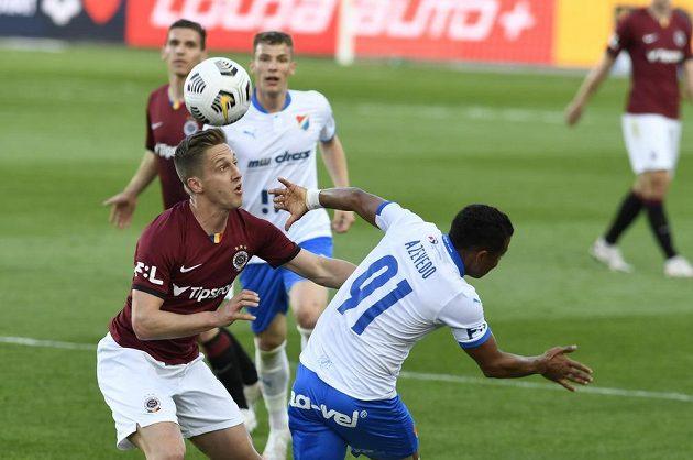 Tomáš Wiesner ze Sparty aCarlos Azevedo z Ostravy v souboji o balon v utkání 31. kola Fortuna ligy.