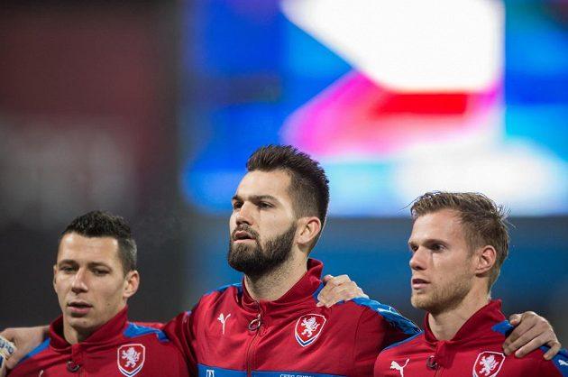 Čeští reprezentanti (zleva) Marek Suchý, Tomáš Koubek a Tomáš Kalas před přípravným duelem s Dánskem.