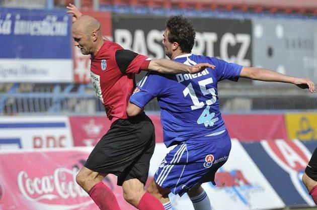 Petr Johana z Mladé Boleslavi (vlevo) a Martin Doležal z Olomouce v utkání 24. kola Gambrinus ligy.