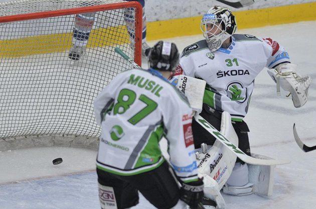 Překonaný brankář Mladé Boleslavi Brandon Maxwell a jeho spoluhráč Pavel Musil.