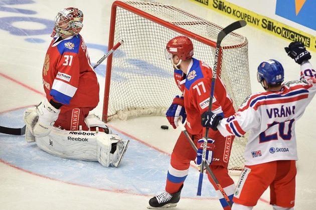 Petr Vrána z ČR se raduje z gólu. Zleva jsou ruský brankář Ilja Sorokin a jeho spoluhráč Anton Belov.