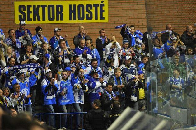 Plzeňští fanoušci se ve Zlíně radují z gólu.