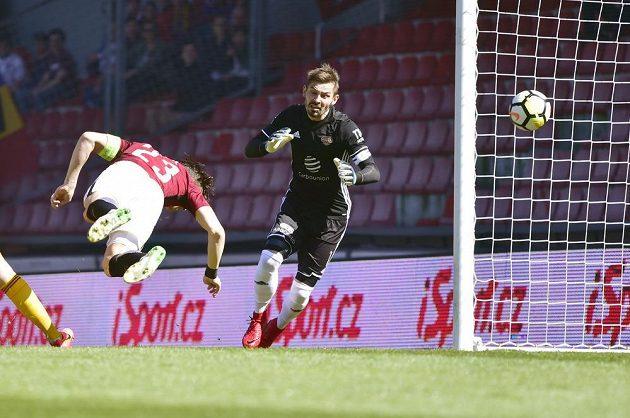 Josef Šural dává vedoucí gól Sparty. Brankář Dukly Filip Rada byl bezmocný.