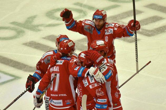 Třinečtí hokejisté slaví gól v Karlových Varech.