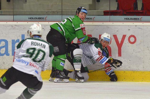 Martin Rohan z Karlových Varů, Adam Zbořil z Mladé Boleslavi a Otakar Šik z Karlových Varů v akci během extraligového utkání.