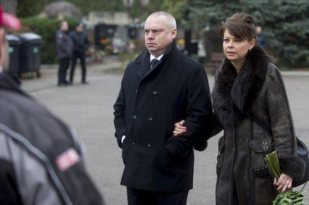 Generální sekretář Českého svazu ledního hokeje Martin Urban s manželkou při posledním rozloučení s hokejovým a fotbalovým manažerem Zbyňkem Kusým.
