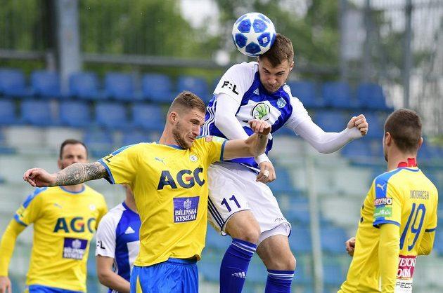 Pavel Čmovš z Teplic (vlevo) se snaží ve vzdušném souboji zabránit v zakončení mladoboleslavskému snajprovi Nikolaji Komličenkovi z Boleslavi během utkání semifinále skupiny o Evropu.
