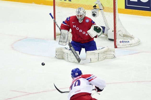 Tomáš Zohorna dává druhý český gól norskému brankáři Larsi Voldenovi.
